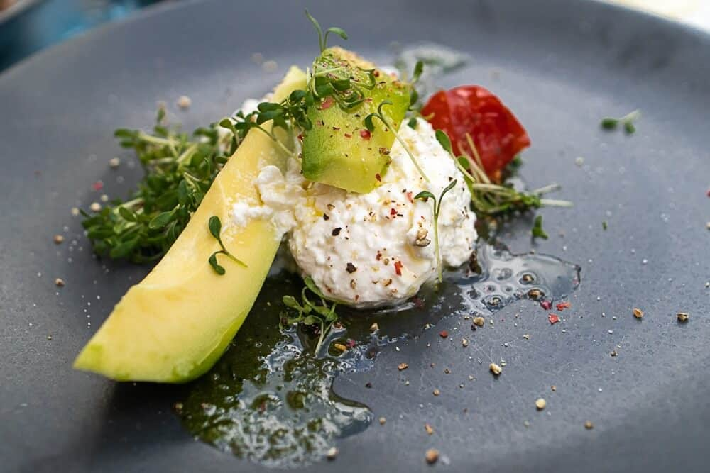 Frühstück mit Avocado und Hüttenkäse