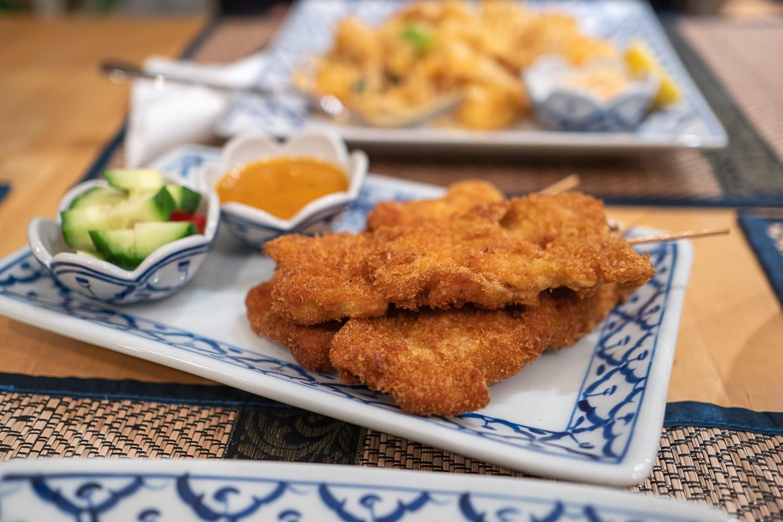 thailändische Hühnchenspieße mit Erdnusssoße