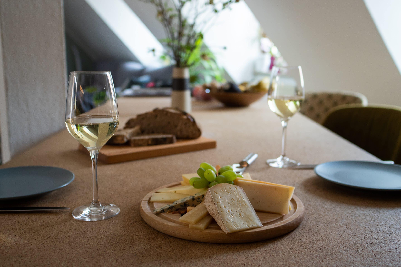 Käseplatte und Wein