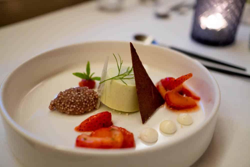 Eis aus Dill mit Schokolade und Erdbeeren im Restaurant Magda in Erfurt