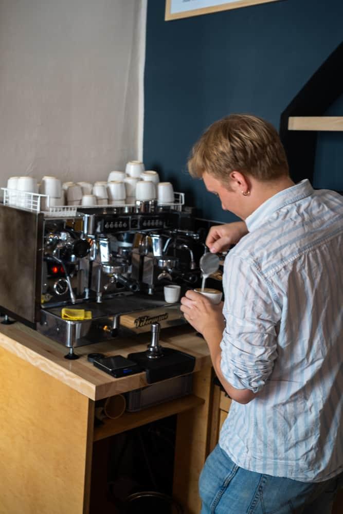 Vincent von den Röstbrüdern in Weimar macht Kaffee